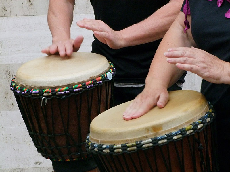 djambe frapper bord instrument avec doigt